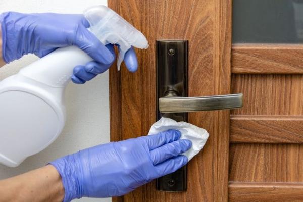 Ne pas oublier de désinfecter les poignées de porte